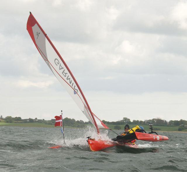 Liva og Suzi kæmper med vinden / Liva and Suzi batteling with the wind.