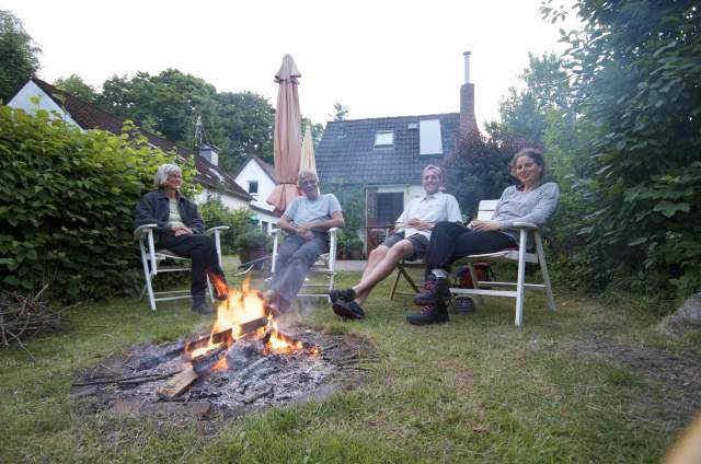 Hygge i baghaven, i baggrunden ser man deres sommerhus som ligger i baghaven til deres rigtige hus./ Cosy times in the backyard. Behind us you can see there summerhouse, with lays in the backyard of there house :-)