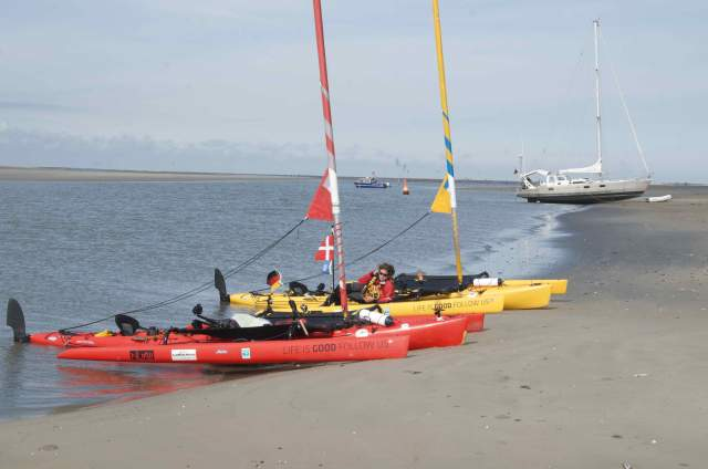 Wating again for high tide, together with other boats.