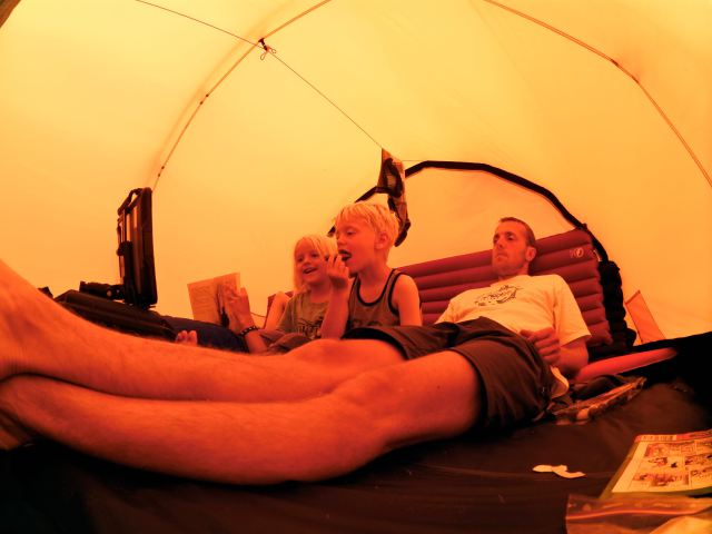 En hele dag med regn, blev der rå hygget i teltet / A whole day with rain, we had a cozy time inside / Een regendag, gezellig binnen in de tent
